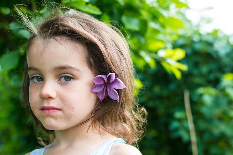 Thea blomster i håret (1 of 1)